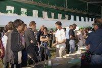 Si chiedono informazioni allo stand FIE durante la festa dell'escursionismo 2003